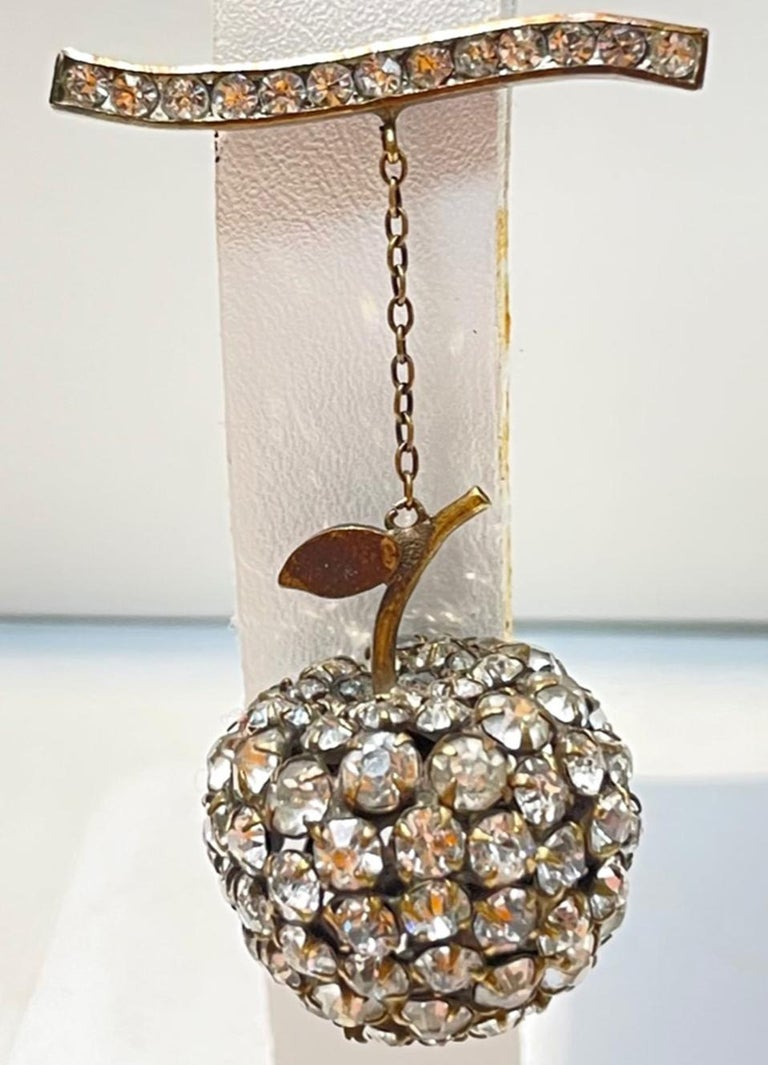 Big Apple Sparkling Crystal Vintage Art Deco Silver Brooch Pin In Excellent Condition For Sale In Montreal, QC