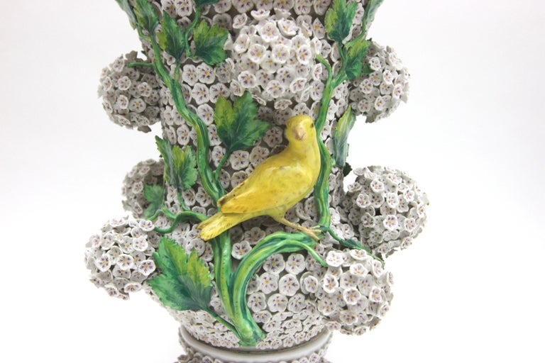 Big Pair of Meissen Porcelain Vases in Snowball Decor with Birds and Flowers In Good Condition For Sale In Berlin, DE