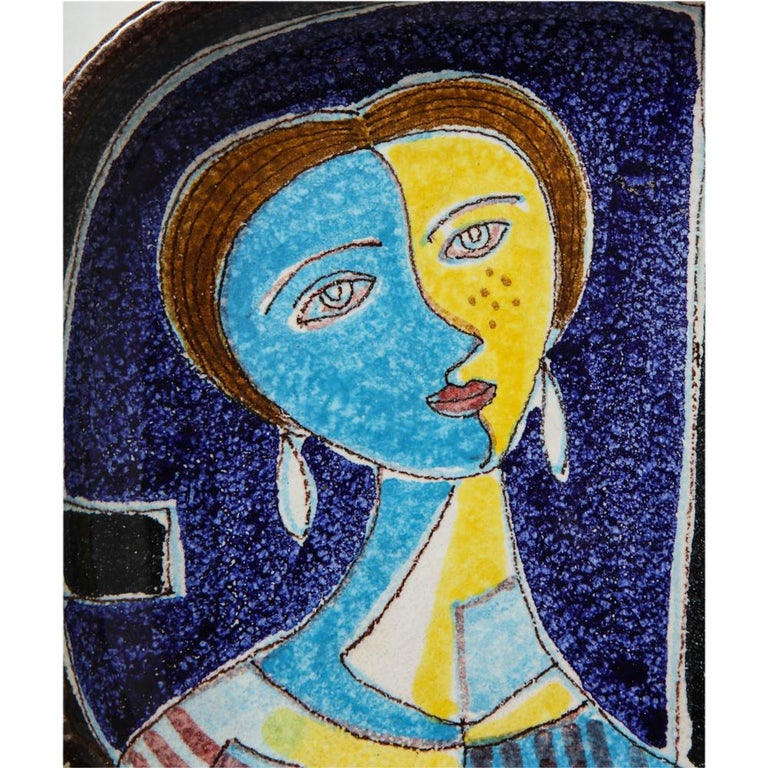 Bitossi ashtray, ceramic abstract Cubist woman, signed. Round ashtray decorated with a strong graphic of a stylized abstract cubist woman and glazed in yellow, light and navy blue and black. Signed Italy 072149 on the underside.