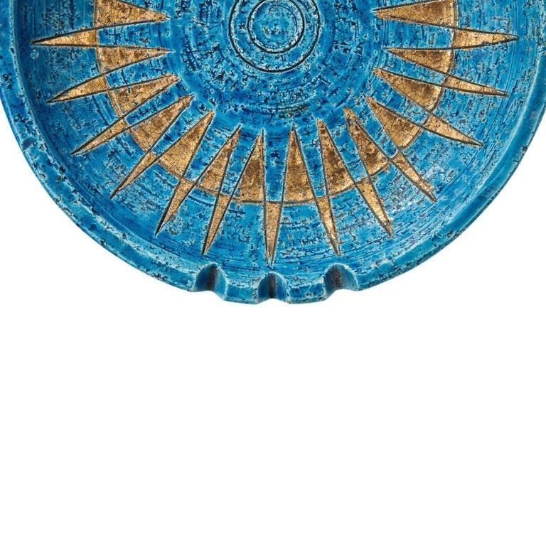 Bitossi ashtray, ceramic sunburst Rimini Blue and gold signed. Medium scale bowl or ashtray with gold glazed radiant pattern over blue. Impressed mark on underside: Italy.