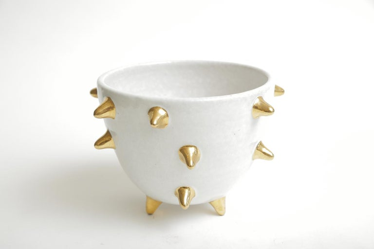 This fabulous sculptural Bitossi white glazed ceramic bowl with gold ceramic protruding spikes surround and is from the 1960s. It is hallmarked on the bottom and numbered 95/269, Italy. The spikes are 1
