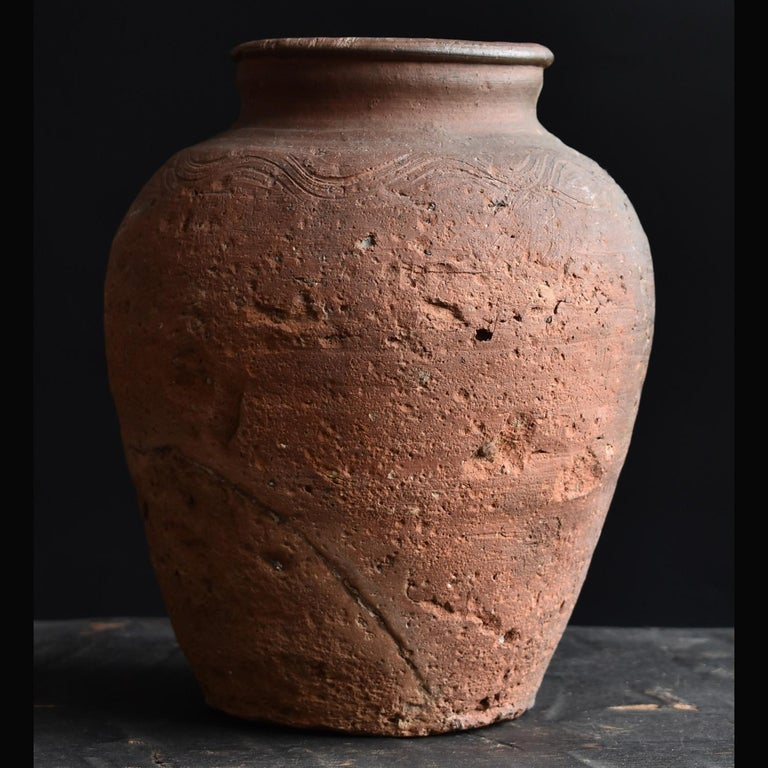 I would like to introduce a rare item that I found as a Japanese person. It is a small jar from the middle of the Muromachi period (circa 15th century) in Japan. There is a wave-like pattern around the shoulder. This is a feature found in the
