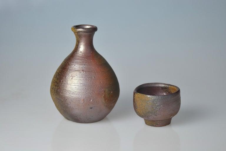 Japanese Bizen Sake Set Flask and Cup by Living National Treasure Fujiwara Yu (1932-2001) For Sale