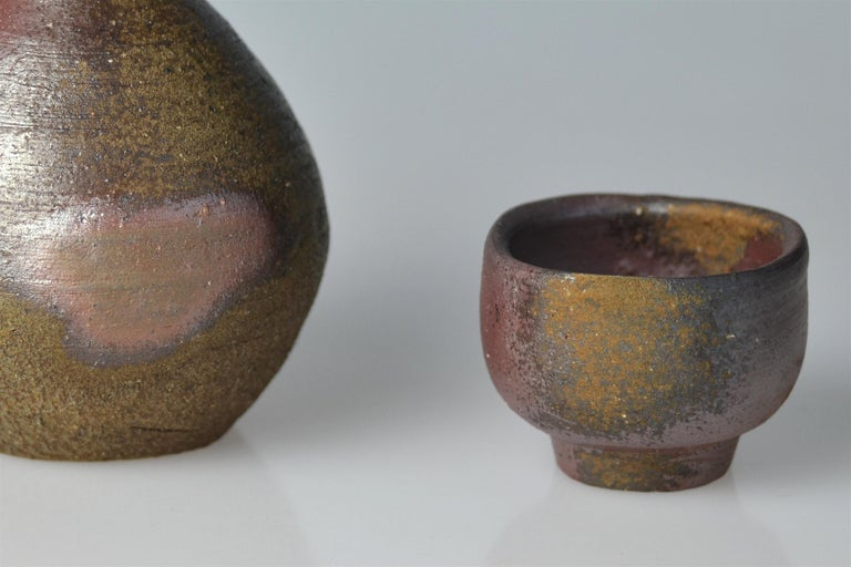 Fired Bizen Sake Set Flask and Cup by Living National Treasure Fujiwara Yu (1932-2001) For Sale