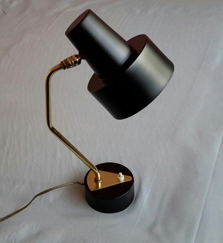 Beautiful lamp with ball joint in brass and metal painted shade from the 1950s by Disderot, design Pierre Guariche. The lampshade can be oriented in a multidirectional way for an adapted lighting. The lamp is in very good condition.  The