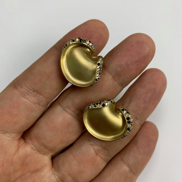 Black and Champagne Diamond 18 Karat Yellow Gold Earrings In New Condition For Sale In Bangkok, TH