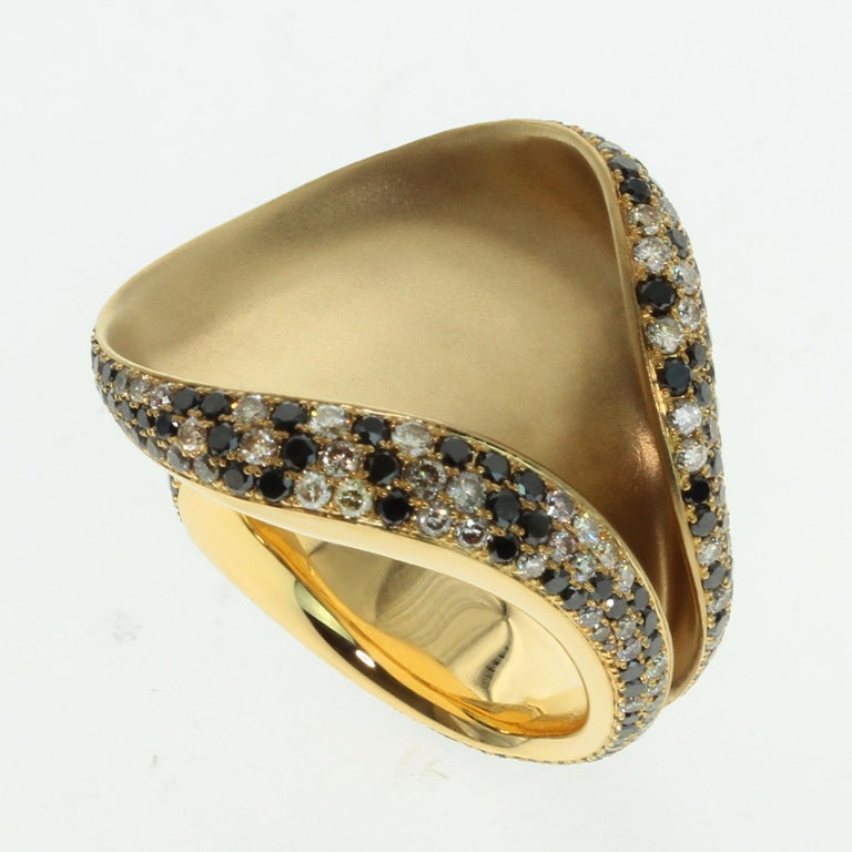 Black and Champagne Diamond 18 Karat Yellow Gold Ring 2