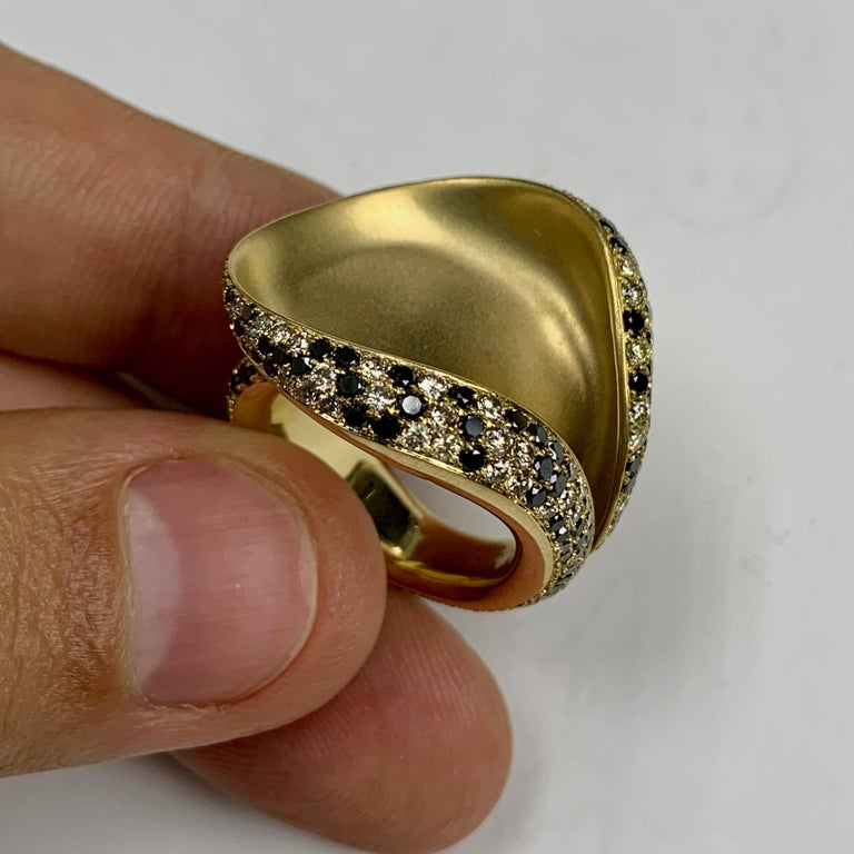 Black and Champagne Diamond 18 Karat Yellow Gold Ring 3