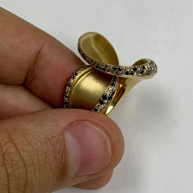 Black and Champagne Diamond 18 Karat Yellow Gold Ring 4