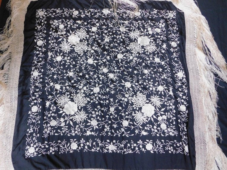Black and White Cantonese Silk Embroidered Shawl with Long Fringe circa 1920 In Good Condition For Sale In Antwerp, BE