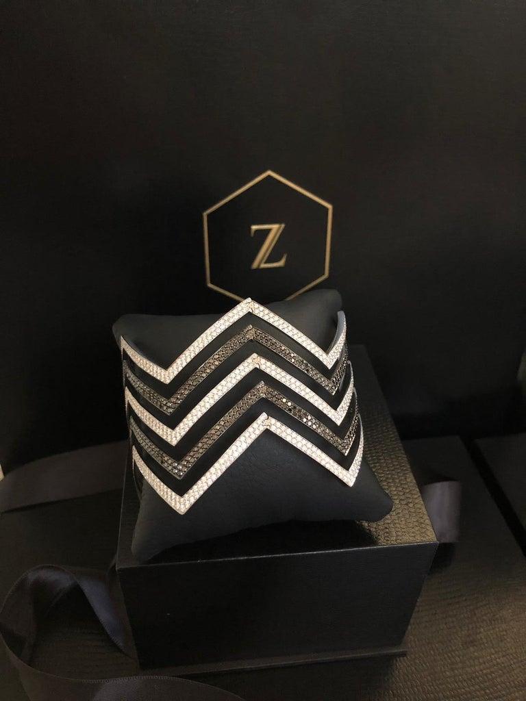 18 Carat Black and White Diamond Chevron Cuff in 18 Karat White Gold For Sale 1