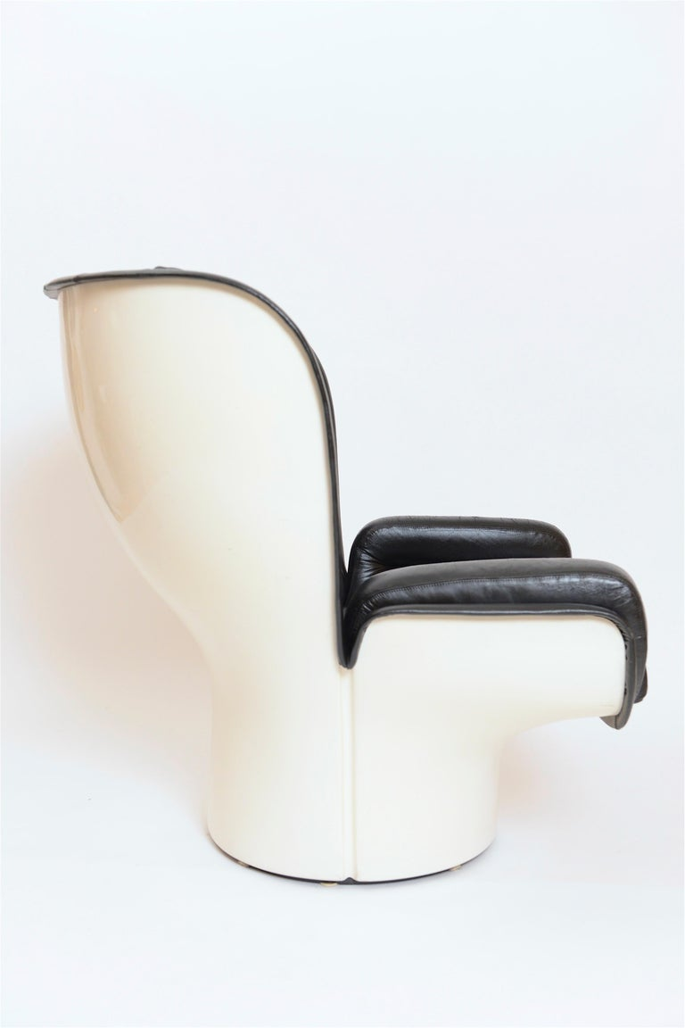 An iconic 1960s black and white 'Elda' chair by the Italian designer Joe Colombo. This extremely comfortable, 360 degree rotating armchair has featured in various feature films including James Bond's' The Spy Who Loved Me'. The white fibreglass
