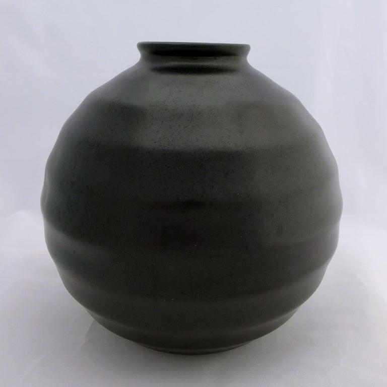 Ribbed ball vase with matte black glaze by Dutch designer Frans van Katwijk (1893-1952), produced by Plateelbakkerij Schoonhoven, the Netherlands, circa 1935.