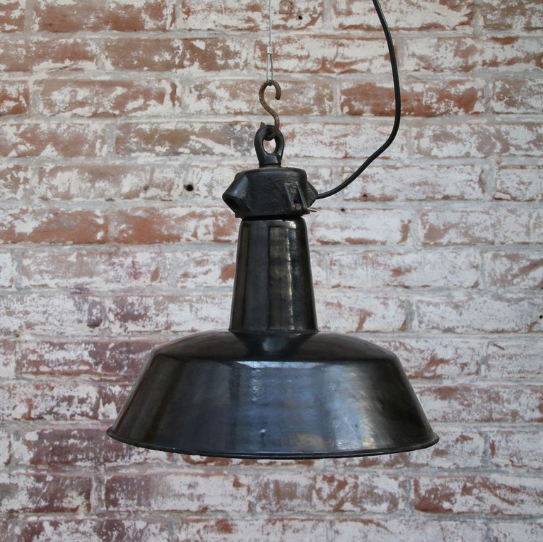 Black Enamel 1930s Vintage Industrial Factory Pendant Lights In Good Condition For Sale In Amsterdam, NL