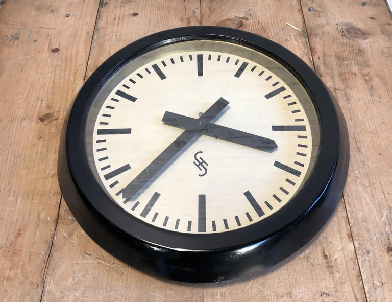 Black Industrial Factory Wall Clock from Siemens, 1950s In Good Condition For Sale In Mratin, CZ