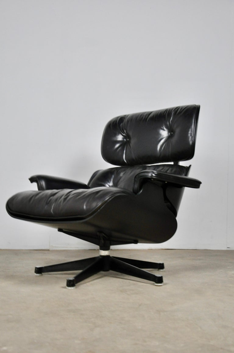 Black leather flesh lounge. Swivel foot. Small wear mark on the leather (see photo).
