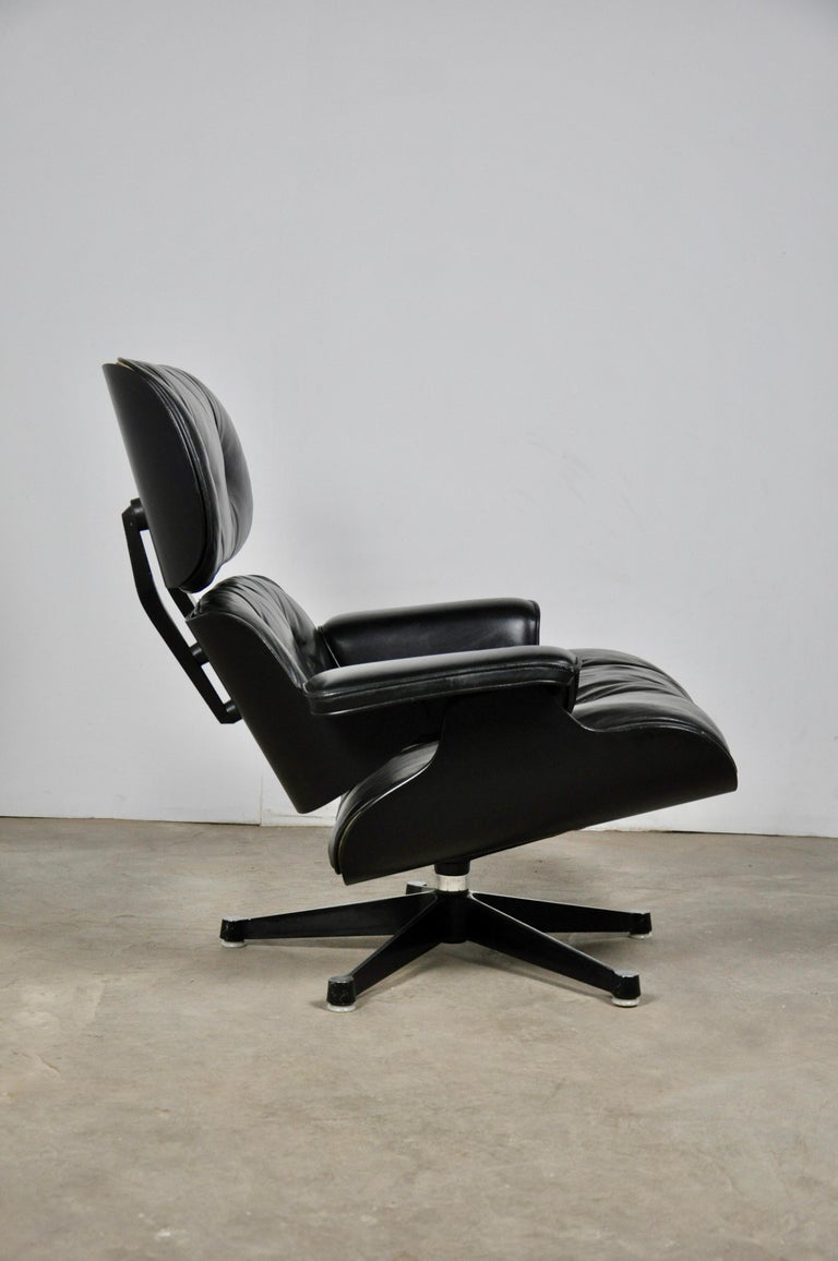 Black Leather Lounge Chair by Charles & Ray Eames, 1970s In Good Condition For Sale In Lasne, BE
