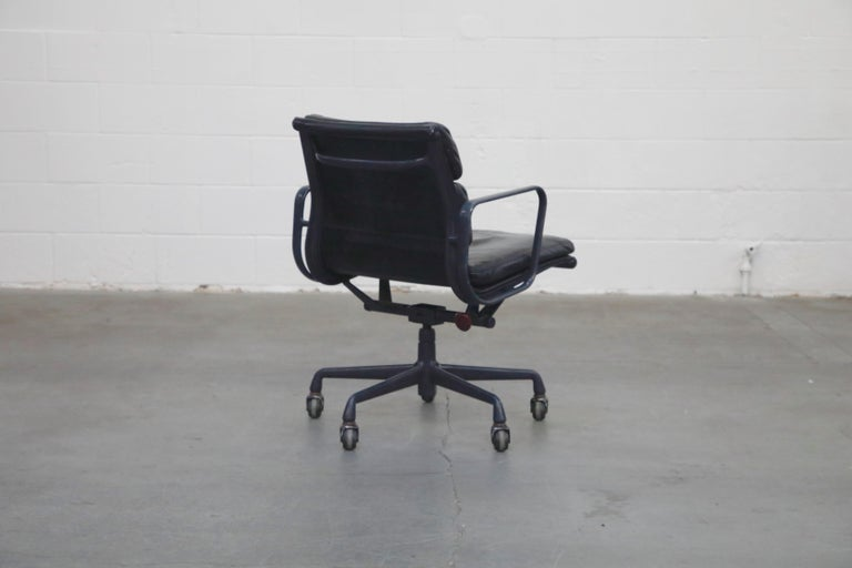 Black on Black Eames Soft Pad Management Chair by Eames for Herman Miller, 1992 In Good Condition In Los Angeles, CA