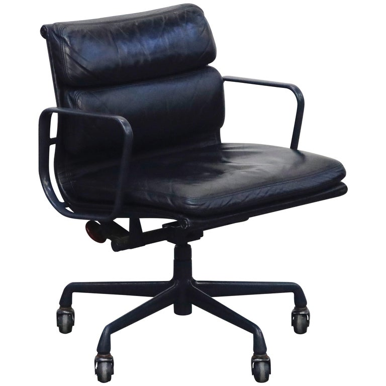 Black on Black Eames Soft Pad Management Chair by Eames for Herman Miller, 1992