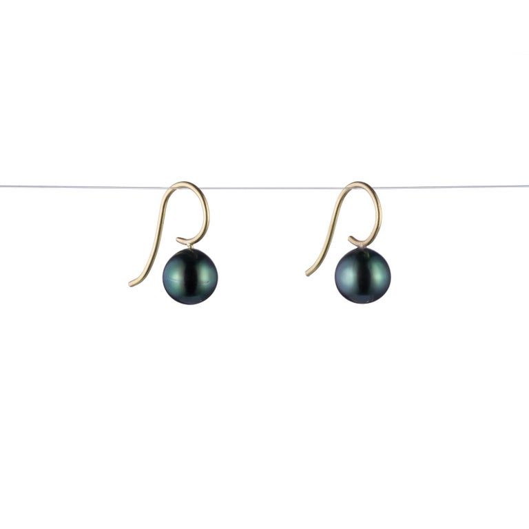 Contemporary Black Tahitian Pearl and 18 Karat Gold Earring For Sale