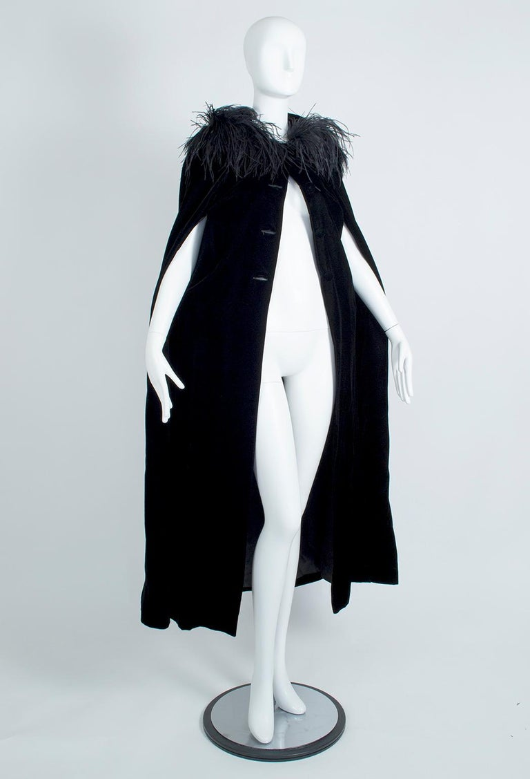 As mysterious as it is beautiful, this dramatic cape both frames and hides the face thanks to the 8