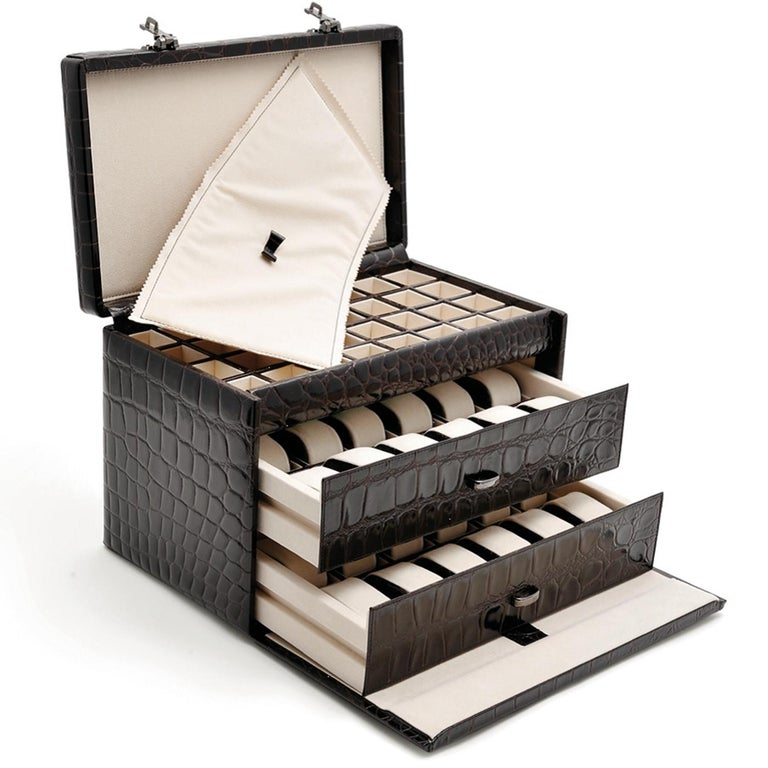 The ultimate piece to store and transport watches and cuff links, this suitcase is a superb object of functional decor that can be displayed anywhere in the house, thanks to its elegant exterior with the wooden frame clad in black full grains