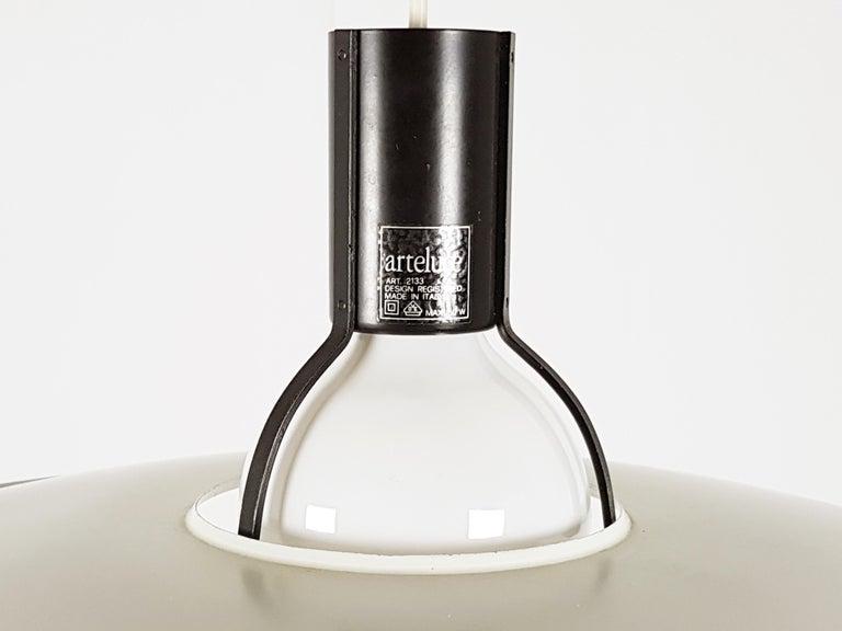 Italian Black & White Metal Mod. 2133 Pendant Lamp, G. Sarfatti for Arteluce Flos, 1970s For Sale