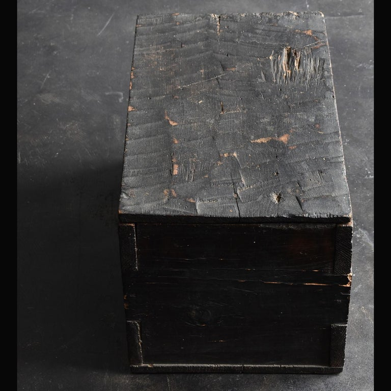 Introducing valuable items that only I, a Japanese, can find. A wooden box made in the Edo period. It's simple, but it has a very nice atmosphere. It is believed that it was made around the middle of Edo. It is thought that it was originally a
