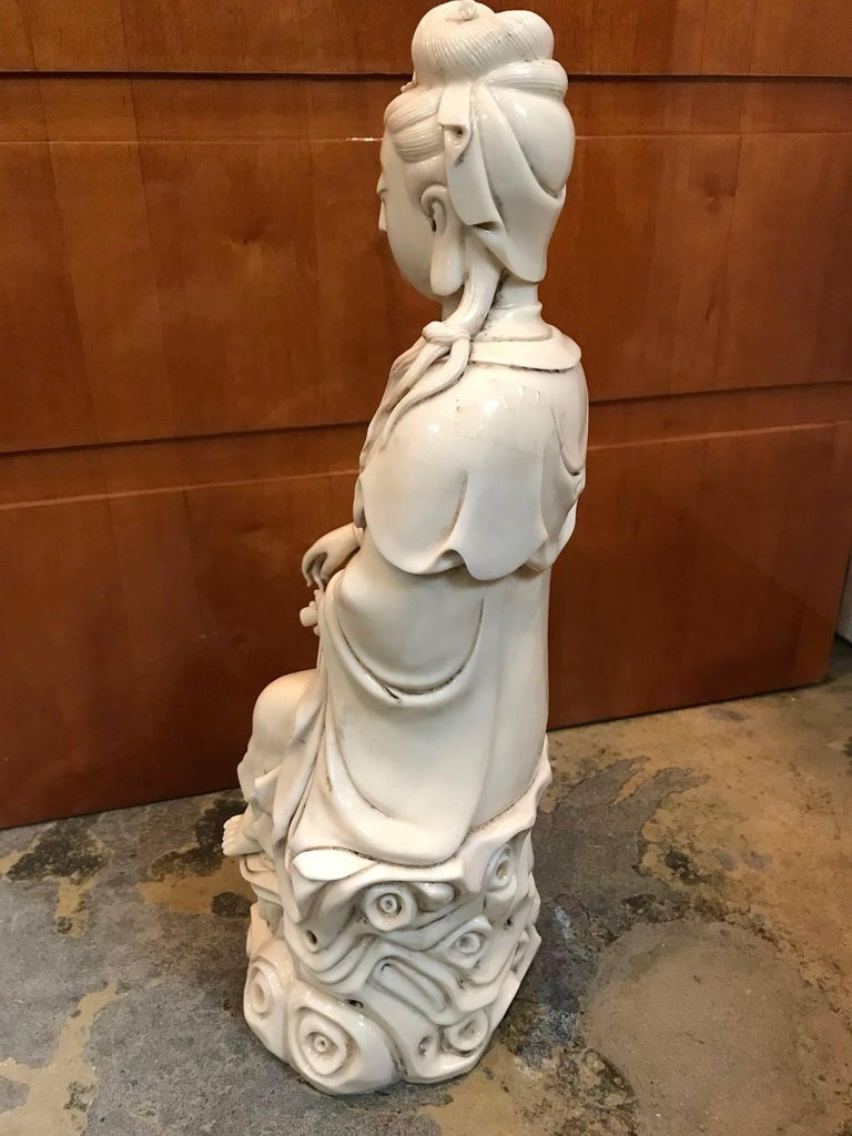 Blanc de chine porcelain seated figure of Quan Yin. Qing dynasty. Kangxi period.