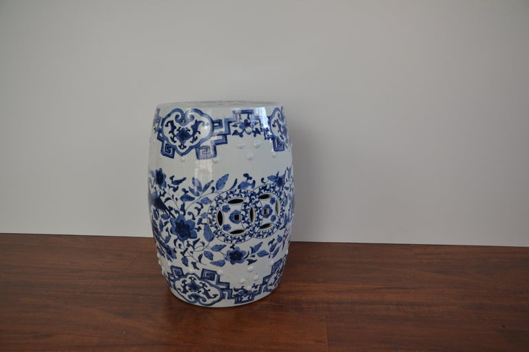 Blue and White Asian Garden Stool In Good Condition For Sale In Pasadena, CA