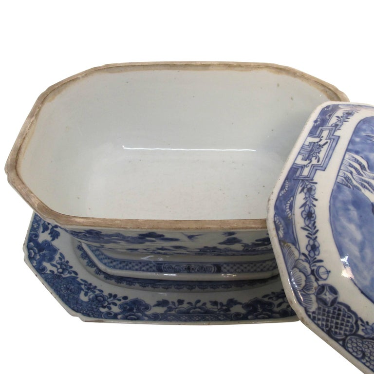 Blue and white Nanking ware lidded tureen with under plate. Chinese export, early 19th century.