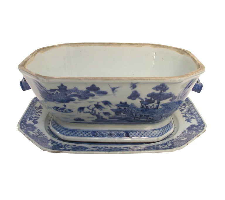 Blue and White Nanking Ware Tureen, Chinese Export 19th Century In Good Condition For Sale In San Francisco, CA