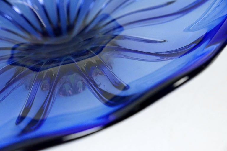 Blue Art Glass Bowl by Josef Hospodka for Chribska Glassmakers, 1960s In Good Condition For Sale In Vienna, Austria