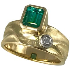 Blue Green Tourmaline 18 Karat Yellow Gold Texture Gold Ring with White Diamond