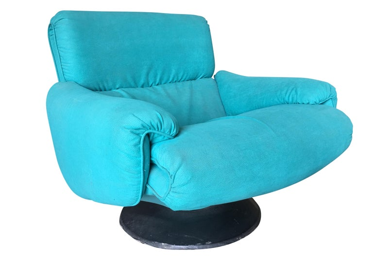 Vintage blue modernist swivel lounge chair by Arconas featuring a blue suede leather-like acrylic fabric and black round steel base.