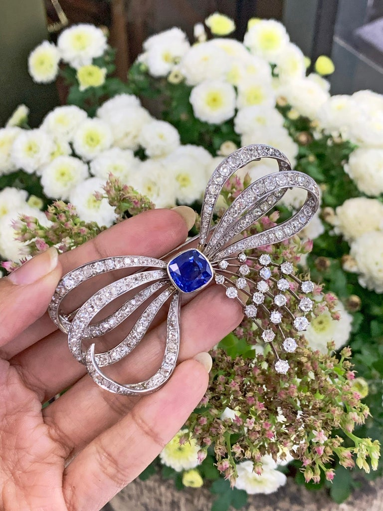 Blue Sapphire and Old Mine Cut Diamond Platinum Bow Spray Brooch, circa 1930s In Good Condition For Sale In London, GB