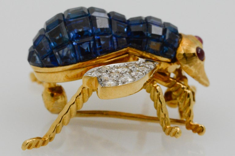 Blue Sapphire, Diamond and Ruby 18 Karat Yellow Gold Bee Pin In Good Condition For Sale In Dallas, TX