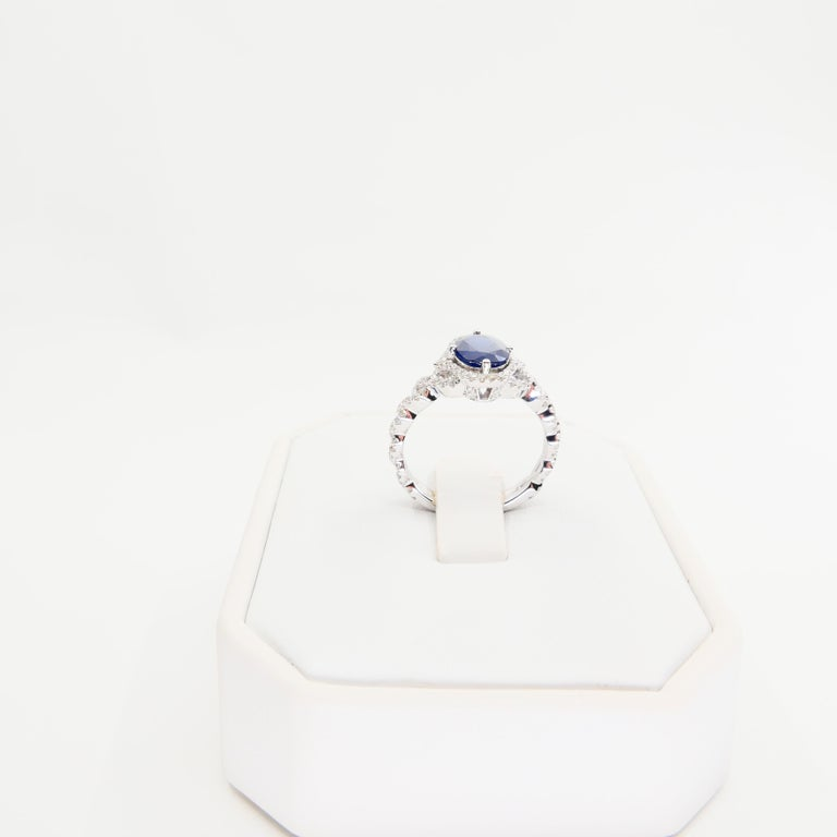 Blue Sapphire and Diamond Twist Ring, 18 Karat White Gold In New Condition For Sale In Hong Kong, HK