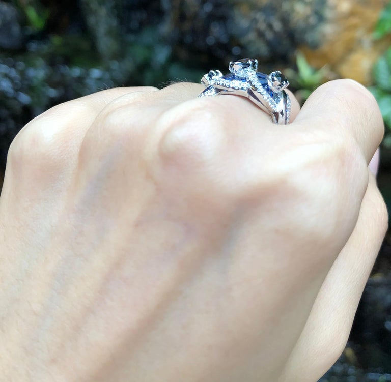 Blue Sapphire with Diamond Ring Set in 18 Karat White Gold Settings In New Condition For Sale In Bangkok, TH