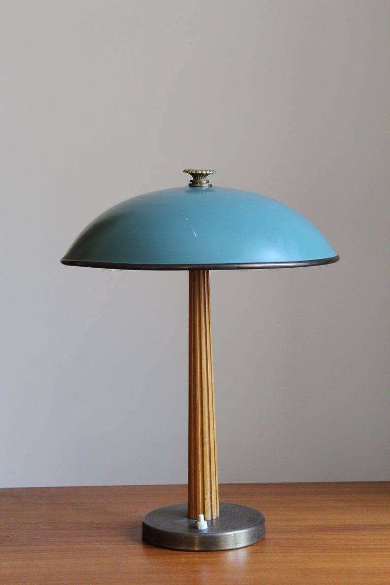A modernist table lamp or desk light. Produced by the iconic Swedish lamp maker Böhlmarks, circa 1940. 