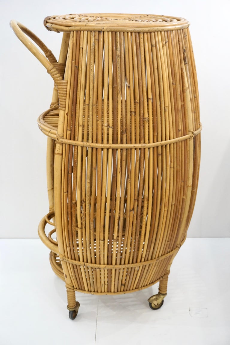 1950s Italian Vintage Mid-Century Modern Natural Rattan Cylindrical Bar Trolley For Sale 4