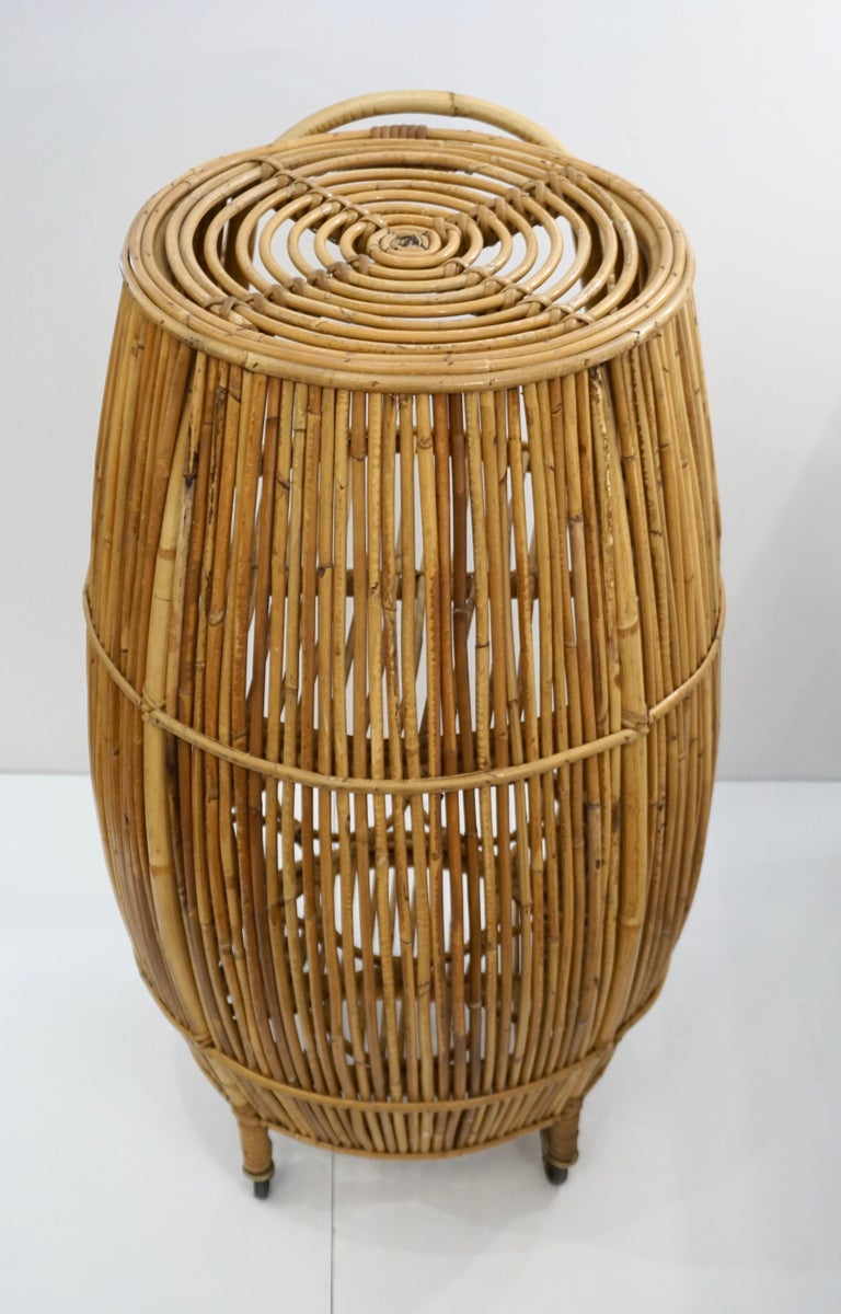 1950s Italian Vintage Mid-Century Modern Natural Rattan Cylindrical Bar Trolley In Good Condition For Sale In New York, NY