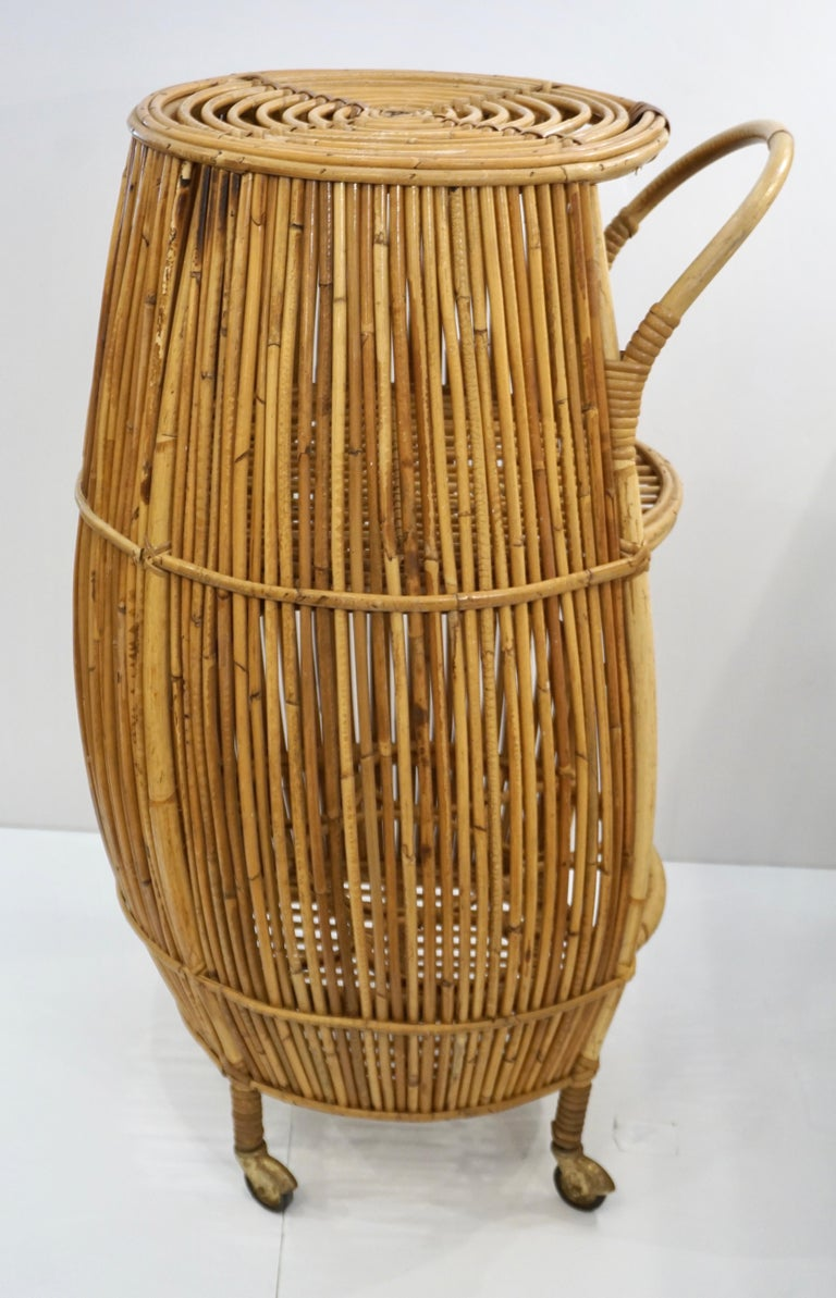 Brass 1950s Italian Vintage Mid-Century Modern Natural Rattan Cylindrical Bar Trolley For Sale