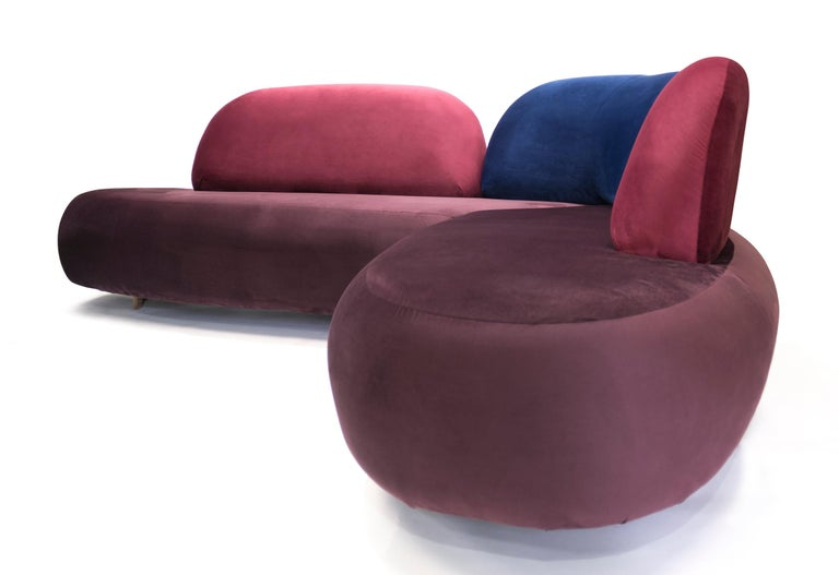 With vibrant colors and welcoming curves, the sophisticated boom sofa materializes as a dynamic sculpture. The velvet fabric gives a feeling of seduction and elegance. Its individual backrests form a unique composition, with the center backrest