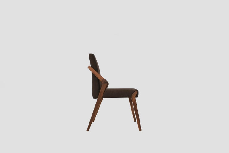 Boomerang chair is a walnut dining chair designed by Arturo Verástegui for BREUER ESTUDIO. This piece is part of Diseño y Ebanistería, BREUER ESTUDIO first ever collection, in which they collaborated with top designers to achieve exceptional
