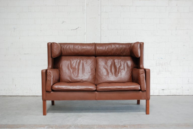 Børge Mogensen designed this leather Sofa Coupe model 2192 for Fredericia Stolefabrik. It´s a semianilne brown leather with walnut feet. A Danish masterpiece of upholstery design and great seating comfort.