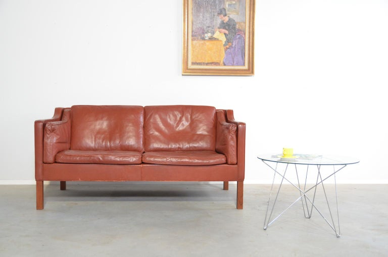 This is the two-seat sofa from the 22-series by Børge Mogensen produced by Fredericia Denmark, that consists of several benches and chairs. There is no doubt that this sofa serves the people, one of the goals that Børge Mogensen sets when designing