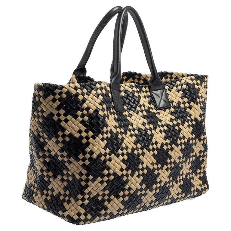 Bottega Veneta Black/Beige Intrecciato Leather Limited Edition 234/500 Cabat Tot In Good Condition In Dubai, Al Qouz 2
