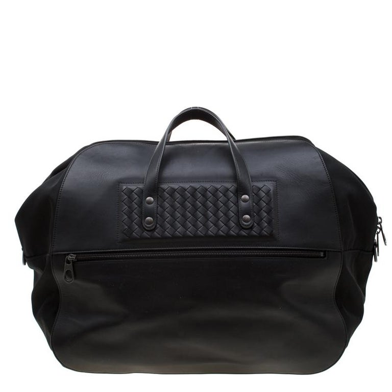 This duffle bag from Bottega Veneta duly accomplishes all your requirements with its stylish look and usefulness. Crafted from leather and nylon, the bag has a front zip detailing. With two top handles and a detachable shoulder strap, the bag is