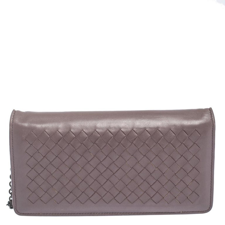 One look at this clutch from Bottega Veneta and you will know right away why it is luxury. Crafted from leather, it is equipped with a leather interior and a chain in black-tone. Detailing of the signature Intrecciato weave is flaunted on the